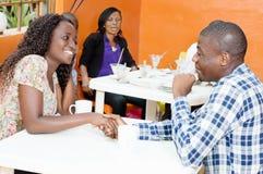 Jeunes couples lors de la réunion d'amour dans le restaurant Photos stock