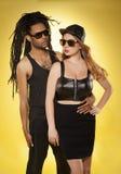 Jeunes couples mélangés mignons contre le jaune Photo libre de droits