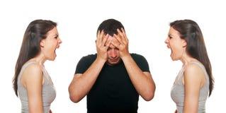 Jeunes couples malheureux ayant un argument photos stock