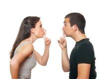 Jeunes couples malheureux ayant un argument Photographie stock libre de droits