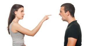 Jeunes couples malheureux ayant un argument Image stock