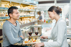 Jeunes couples mangeant dans le restaurant Image stock