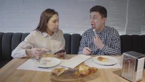 Jeunes couples mangeant dans les plats nationaux délicieux d'un restaurant confortable de la Géorgie Le gentil type avec son amie banque de vidéos