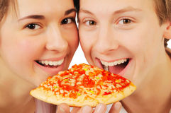 Jeunes couples mangeant de la pizza Image libre de droits