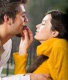 Jeunes couples mangeant des raisins images stock