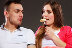 Jeunes couples mangeant du fruit de banane ensemble Photographie stock libre de droits