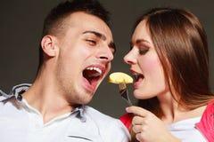 Jeunes couples mangeant du fruit de banane ensemble Images stock