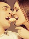 Jeunes couples mangeant du fruit de banane ensemble Photo libre de droits