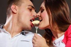Jeunes couples mangeant du fruit de banane ensemble Image stock