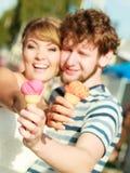 Jeunes couples mangeant la crème glacée extérieure Photo stock