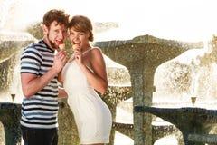 Jeunes couples mangeant la crème glacée extérieure Images libres de droits