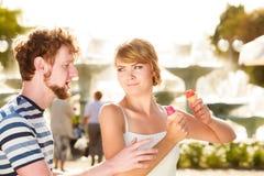 Jeunes couples mangeant la crème glacée extérieure photographie stock libre de droits