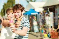 Jeunes couples mangeant la crème glacée extérieure Image libre de droits