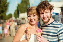 Jeunes couples mangeant la crème glacée extérieure Photo libre de droits