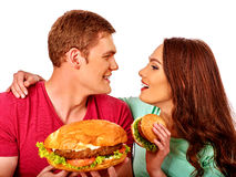 Jeunes couples mangeant le grand sandwich avec le kola D'isolement photo libre de droits