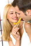 Jeunes couples mangeant le légume Photo stock