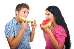 Jeunes couples mangeant le melon Photos libres de droits