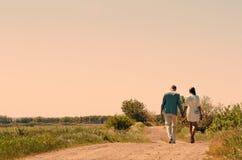Jeunes couples marchant à l'extérieur Image stock