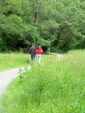 Jeunes couples marchant à l'extérieur Photographie stock