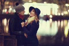Jeunes couples marchant à la ville de soirée Photo stock