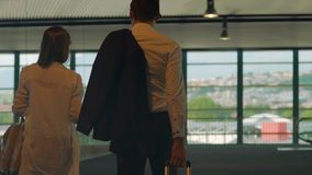 Jeunes couples marchant à travers le passage supérieur, valise de transport d'homme, conducteur personnel banque de vidéos