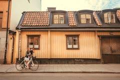 Jeunes couples marchant après les maisons historiques de la vieille ville Images stock