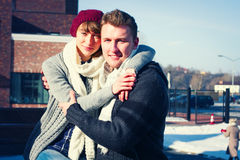 Jeunes couples marchant autour de la ville en hiver Photographie stock libre de droits