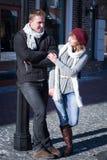 Jeunes couples marchant autour de la ville en hiver Images stock