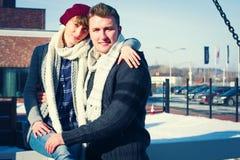 Jeunes couples marchant autour de la ville en hiver Image libre de droits