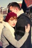 Jeunes couples marchant autour de la ville en hiver Photo stock