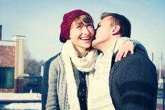Jeunes couples marchant autour de la ville en hiver Photos libres de droits