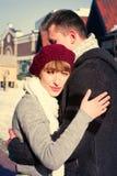Jeunes couples marchant autour de la ville en hiver Photographie stock