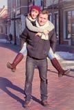 Jeunes couples marchant autour de la ville en hiver Photos stock