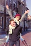 Jeunes couples marchant autour de la ville en hiver Images libres de droits