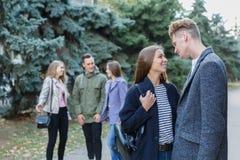 Jeunes couples marchant avec des amis Ils regardent l'un l'autre Photographie stock