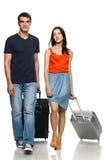 Jeunes couples marchant avec des valises Photo libre de droits