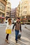 Jeunes couples marchant avec la valise sur la rue image libre de droits