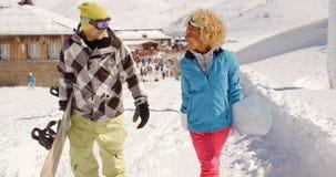 Jeunes couples marchant dans la neige lourde d'hiver Images libres de droits