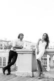 Jeunes couples marchant dans la vieille partie de la ville Photographie stock libre de droits