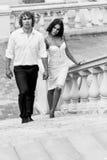 Jeunes couples marchant dans la vieille partie de la ville Images stock