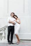 Jeunes couples marchant dans la vieille partie de la ville Photos libres de droits