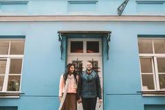 Jeunes couples marchant dans la ville dans un jour Photo libre de droits