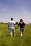 Jeunes couples marchant dans le domaine Photo libre de droits