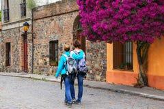 Jeunes couples marchant dans le quart historique de Colonia del Sacramen Photos stock