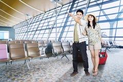 Jeunes couples marchant dans le terminal d'aéroport Photo libre de droits