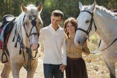 Jeunes couples marchant dans un endroit pittoresque avec Image libre de droits