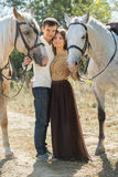 Jeunes couples marchant dans un endroit pittoresque avec Photographie stock libre de droits