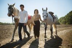Jeunes couples marchant dans un endroit pittoresque avec Image stock