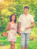 Jeunes couples marchant dans un montant d'instagram de parc photos stock