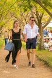 Jeunes couples marchant de pair à l'événement de vin Image libre de droits